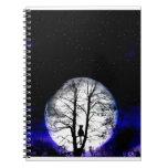 gato negro en árbol cuadernos