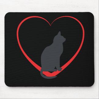 Gato negro en el corazón abierto del rojo, fondo n mouse pad
