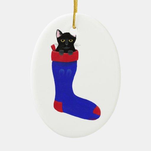 Gato negro en el navidad que almacena el ornamento ornamentos para reyes magos