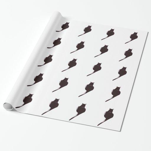 Gato negro en el papel de embalaje blanco