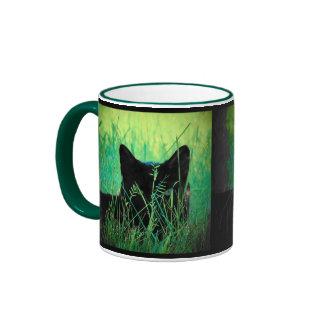 Gato negro en la hierba taza de dos colores