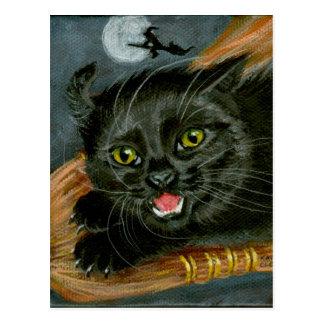 Gato negro en la postal de Halloween de la escoba