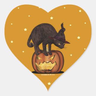 Gato negro en los pegatinas de la calabaza de un pegatina en forma de corazón