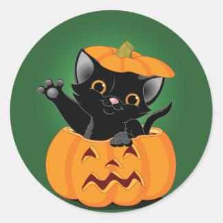 Gato negro en pegatinas de una calabaza pegatina redonda
