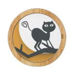 Gato negro en rama de árbol muerta