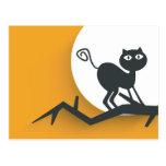 Gato negro en rama de árbol muerta tarjetas postales