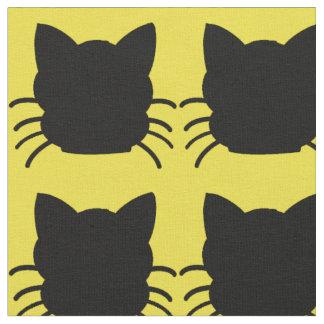 Gato negro en tela amarilla del fondo telas