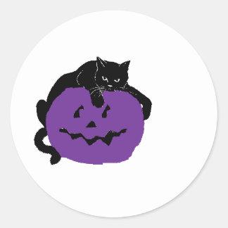 Gato negro en una calabaza púrpura pegatina redonda