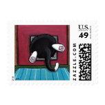 Gato negro gordo divertido pegado en una aleta del franqueo