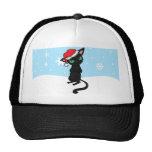 Gato negro gruñón que lleva el gorra de Santa
