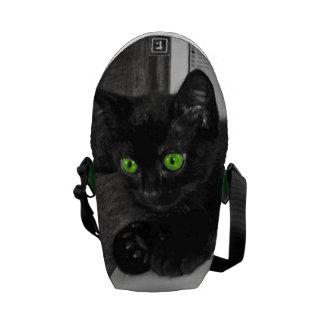 Gato negro lindo de ojos verdes monocromático bolsa de mensajería