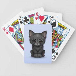 Gato negro lindo triste del gatito en azul cartas de juego