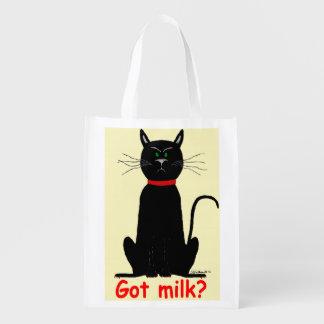 Gato negro malhumorado, malhumorado en el tote reu
