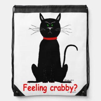 ¡Gato negro malhumorado, malhumorado en la mochila
