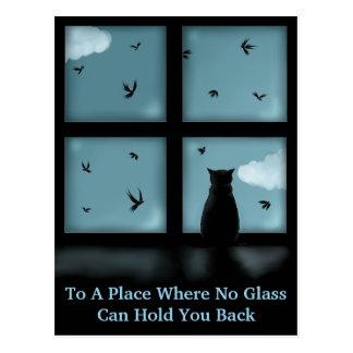 Gato negro que considera hacia fuera la ventana el postales