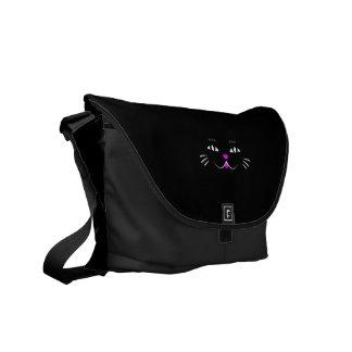 Gato negro que le mira bolsa messenger