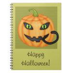 Gato negro que oculta en el cuaderno de Halloween