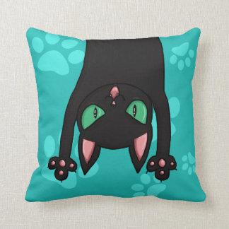 Gato negro que salta almohada