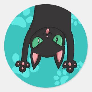Gato negro que salta pegatina redonda