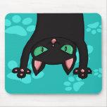 Gato negro que salta tapete de ratones