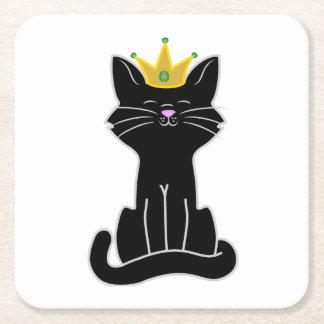 Gato negro que se sienta con la corona del oro posavasos de cartón cuadrado