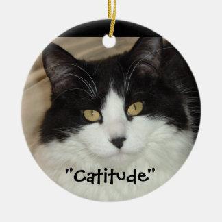¡Gato negro y blanco Catitude! Adorno Navideño Redondo De Cerámica