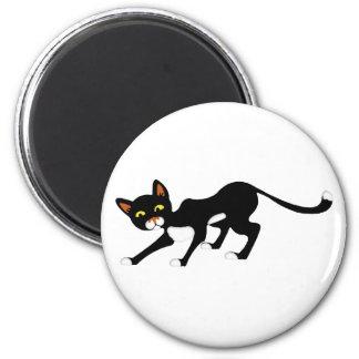 Gato negro y blanco cauteloso imán redondo 5 cm