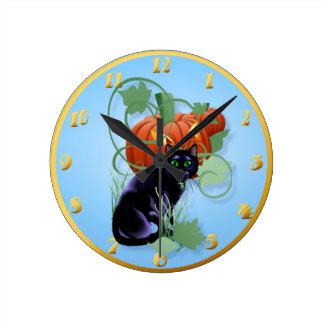 Gato negro y calabaza Glaring Reloj Redondo Mediano