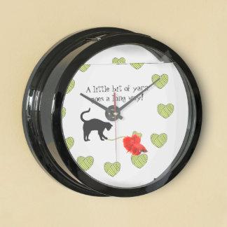 Gato negro y hilado en forma de corazón (amarillo) relojes aquavista