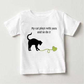 Gato negro y hilado en forma de corazón (amarillo) playera de bebé