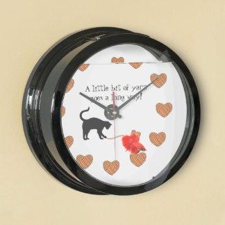 Gato negro y hilado en forma de corazón (naranja) reloj aquavista