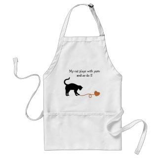 Gato negro y hilado en forma de corazón (naranja) delantal