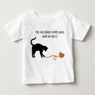 Gato negro y hilado en forma de corazón (naranja) playera de bebé