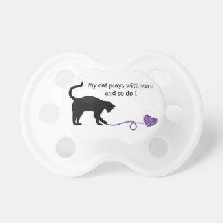 Gato negro y hilado en forma de corazón (púrpuras) chupete de bebé