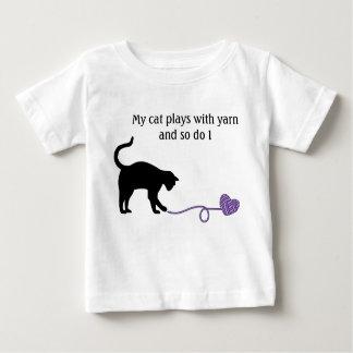 Gato negro y hilado en forma de corazón (púrpuras) playera de bebé