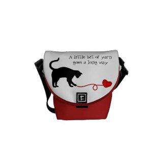 Gato negro y hilado en forma de corazón (rojos) bolsas messenger