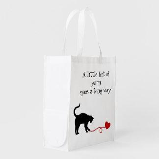 Gato negro y hilado en forma de corazón (rojos) bolsa reutilizable