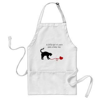 Gato negro y hilado en forma de corazón (rojos) delantal
