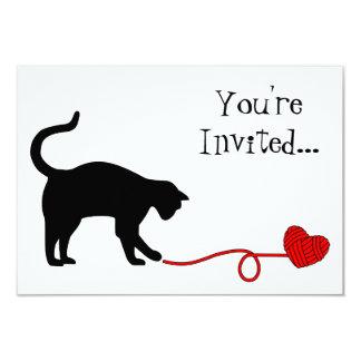 Gato negro y hilado en forma de corazón (rojos) invitacion personal