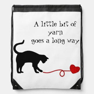 Gato negro y hilado en forma de corazón (rojos) mochila