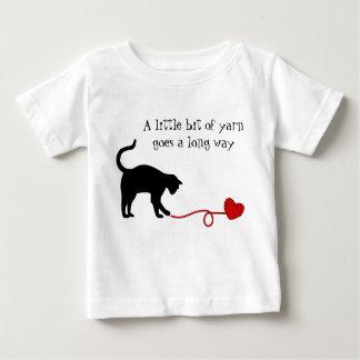 Gato negro y hilado en forma de corazón (rojos) playera de bebé