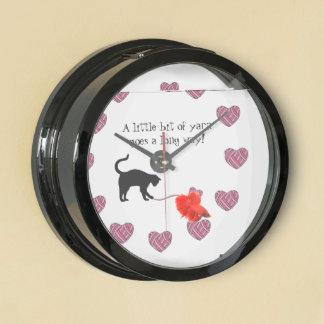 Gato negro y hilado en forma de corazón (rosa) relojes acuario