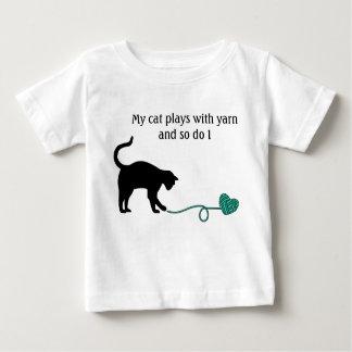 Gato negro y hilado en forma de corazón (turquesa) playera de bebé