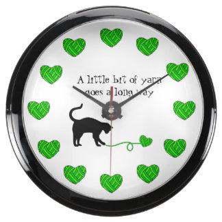 Gato negro y hilado en forma de corazón (verde relojes acuario