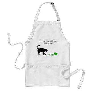 Gato negro y hilado en forma de corazón (verde delantal