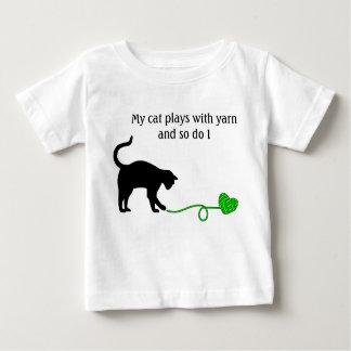 Gato negro y hilado en forma de corazón (verde playera de bebé