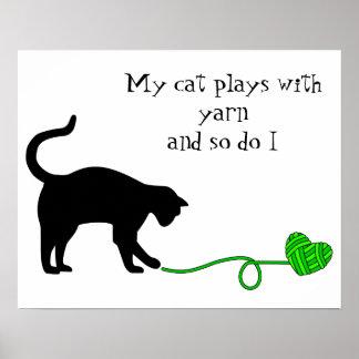 Gato negro y hilado en forma de corazón (verde póster