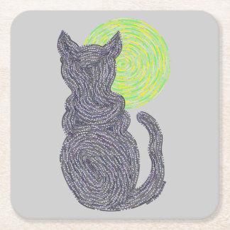 Gato negro y la diversión felina del gatito del posavasos de cartón cuadrado