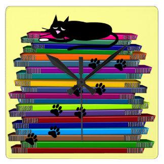 Gato negro y reloj caprichosos de los libros