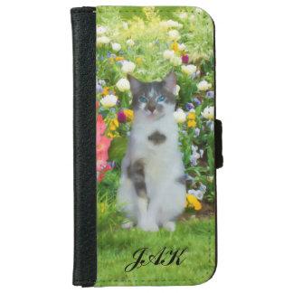 Gato observado azul entre las flores, monograma funda cartera para iPhone 6
